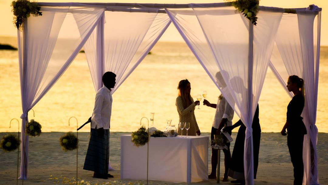 beach-wedding-during-sunset-Fiji
