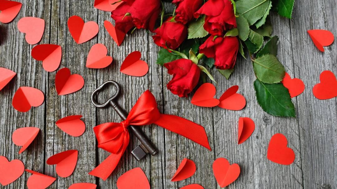 black-metal-skeleton-key-beside-red-roses-bouquet