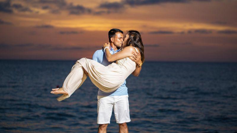 couple kissing at a beach in Aruba
